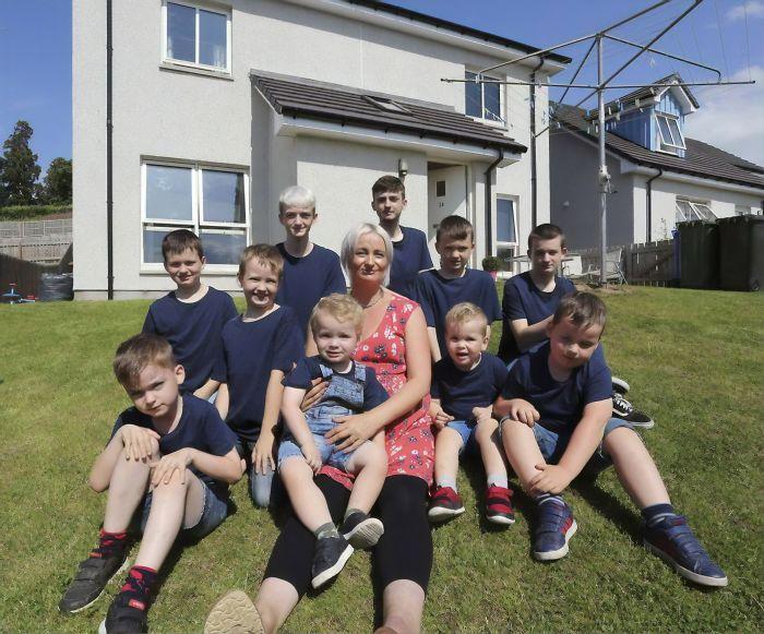 Alexis Brett con sus 10 hijos varones