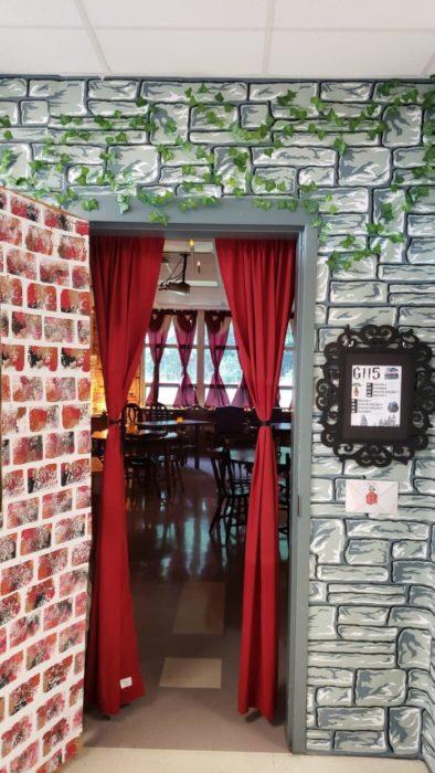 Aula de clases decorada con artículos inspirados en Harry Potter