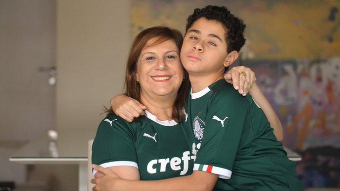 Silvia Grecco abrazando a su hijo Nikollas