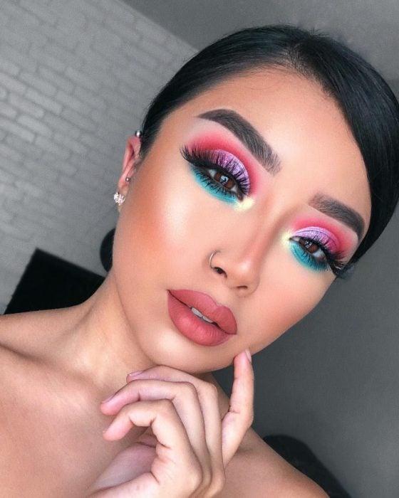 Maquillaje creativo para ojos; cut crease con sombras rosa y azul