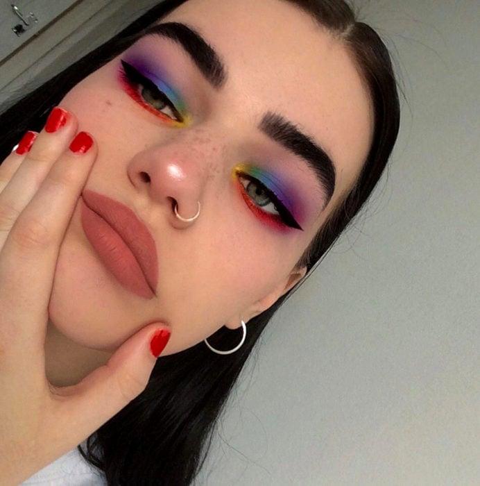 Maquillaje creativo para ojos; sombra de arcoíris