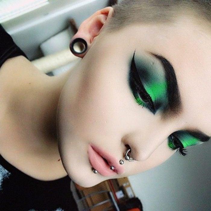 Maquillaje creativo para ojos; sombra gótica, negra con verde escarabajo