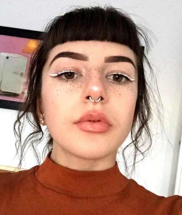 Maquillaje creativo para ojos; delineador blanco
