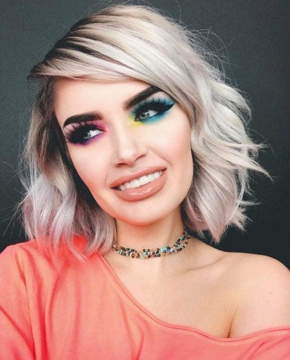 Maquillaje creativo para ojos; sombras de colores diferentes en cada ojo