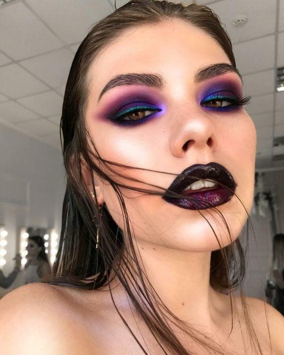 Maquillaje creativo para ojos; smokey eyes tornasol color morado, rosa y negro