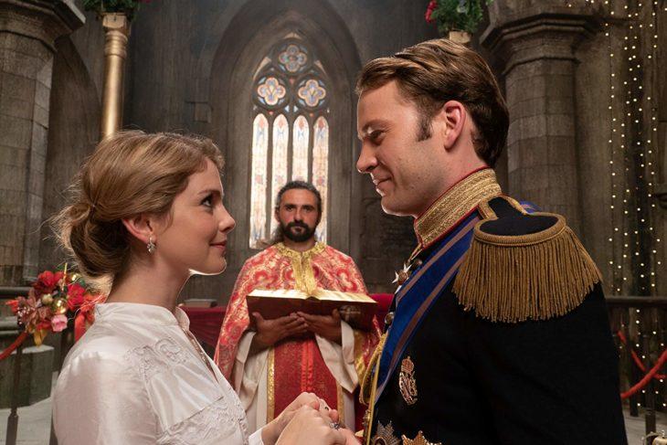 una boda en una iglesia un píncipe y una mujer rubia