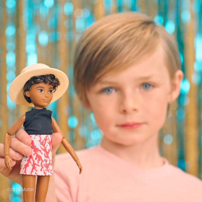 Niña jugando con una de las primera muñecas sin género de Mattel