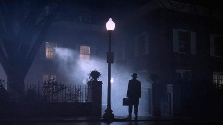 Escena del padre entrando a la casa en la película El Exorcista