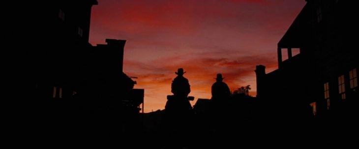 Escena de la película Django Unchained, Django cabalgando al atardecer
