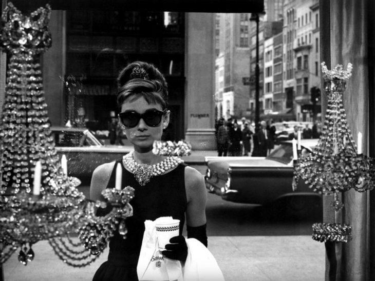 Escena de la película Desayuno con diamantes, Tifanny fuera de la joyería
