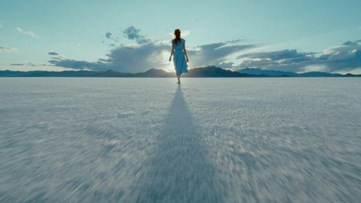 Escena de El árbol de la vida, Jessica Chastain caminando por la arena blanca