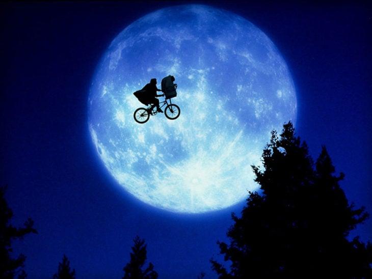 Escena de la película E.T., E.T. sobrevolando el cielo en una bicicleta