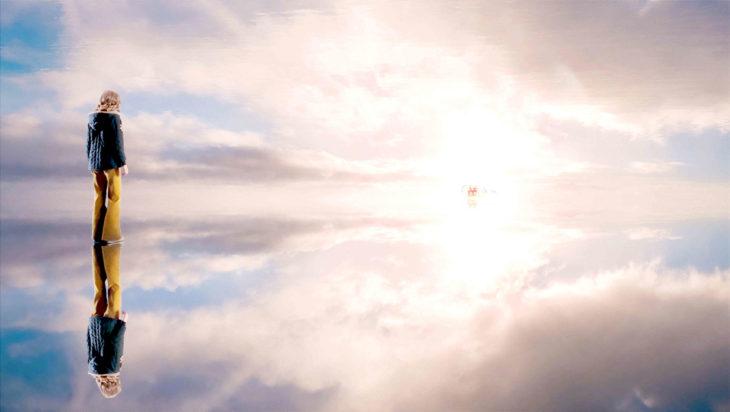 Escena de la película Desde mi cielo, niña entrando al cielo