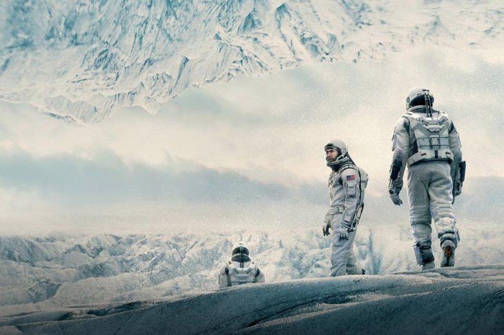 Escena de la película Interstellar, astronautas caminando sobre el planeta frío