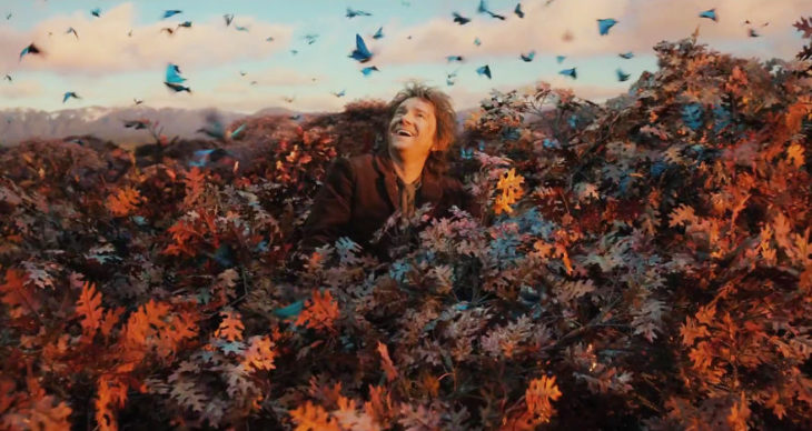 Escena de El Hobbit, el hobbit jugando entre las hojas