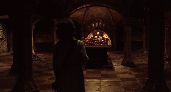 Escena de la película El laberinto del fauno, Elisa entrando con el hombre palido
