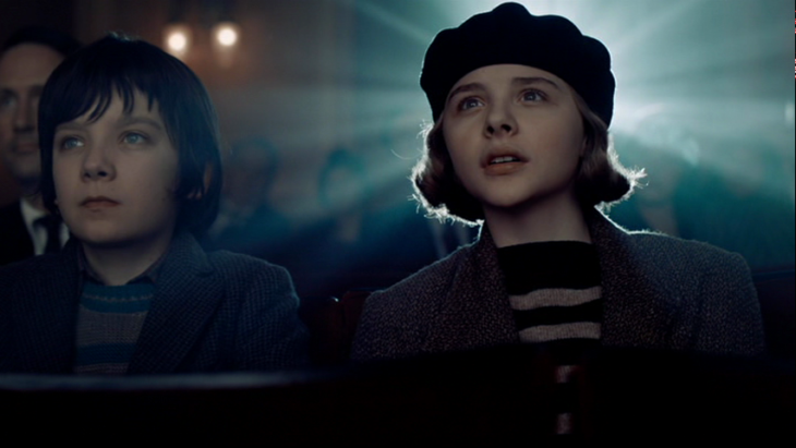 Escena de la película Hugo, Chloe Grace y Asa Butterfield en el cine