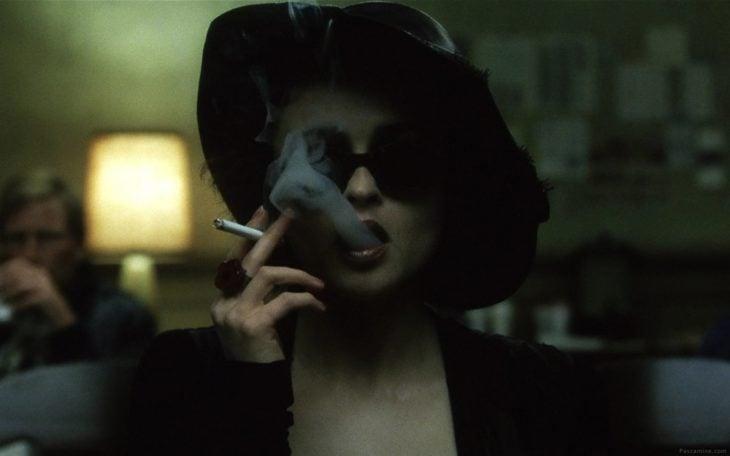 Elena Boham Carter en El club de la pelea fumando un cigarrillo