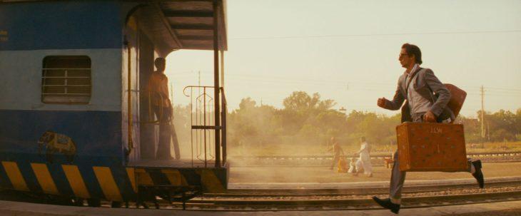 Escena de la película Viaje a Darjeeling, chico corriendo detrás del tren
