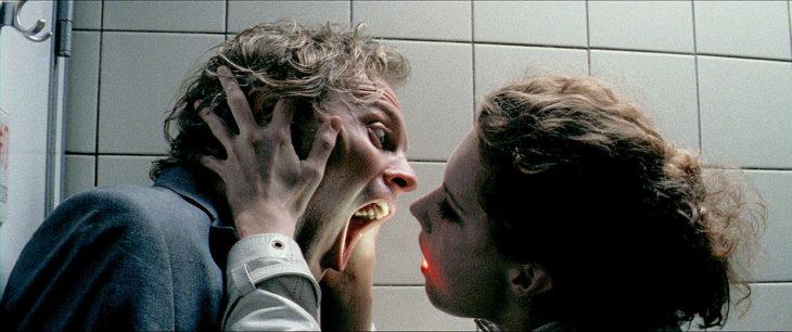 Escena de la película Luz, mujer enviando luz a un hombre a través de sus labios