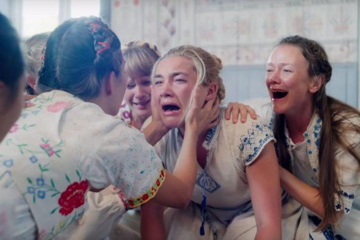 Escena de la película Midsommar, mujer asustada rodeada por mujeres que ríen alocadamente