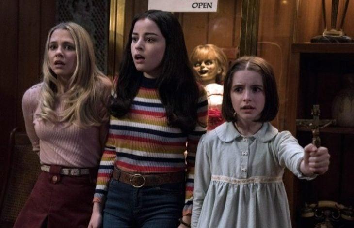 Escena de la película Annabelle 3: Vuelve a casa, grupo de niñas asustadas