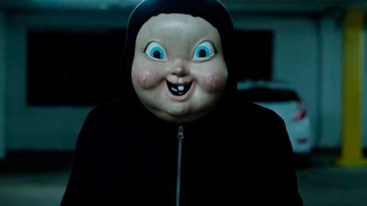 Escena de la película Feliz día de tu muerte 2, hombre con máscara de bebé