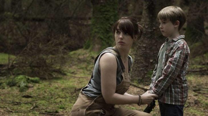 Escena de la película El bosque maldito, madre e hijo asustados, perdidos en un bosque