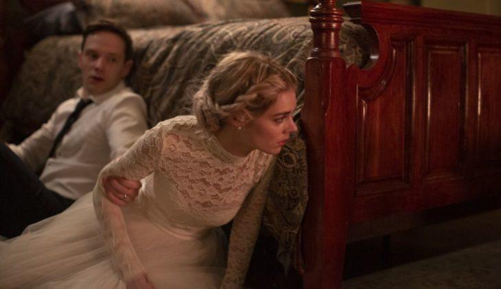 Escena de la película Boda sangrienta, pareja d enovios escondidos en un lateral de la cama
