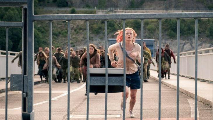 Escena de la película Endzeit, par d emujeres corriendo para evitar ser atrapadas por zombies