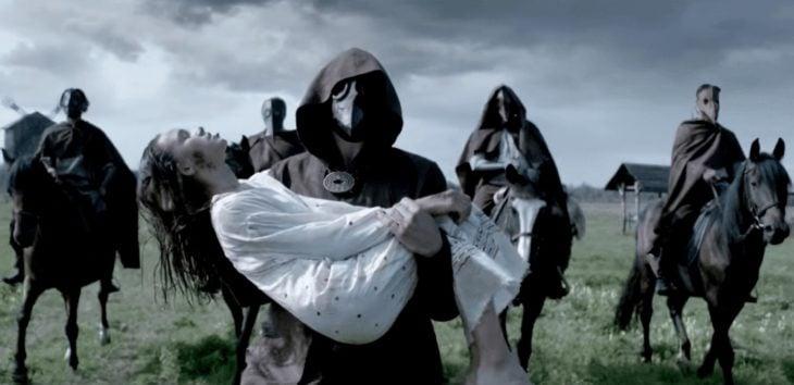Escena de la película The Golem, muejr siendo cargada por un grupo de hombres enmascarados