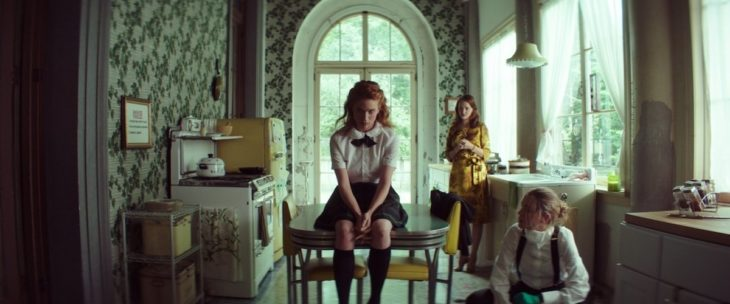 Escena de la película Braid, trío de amigas reunidas en el comedor del internado