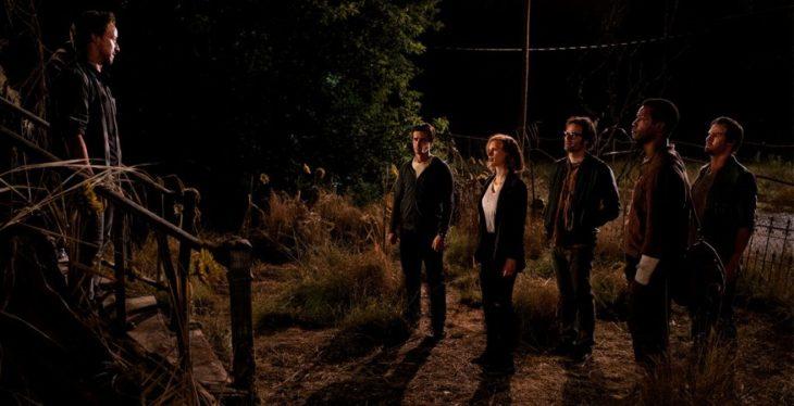 Escena de la película It: Capítulo 2, el club de lso perdedores fuera de la casa de It