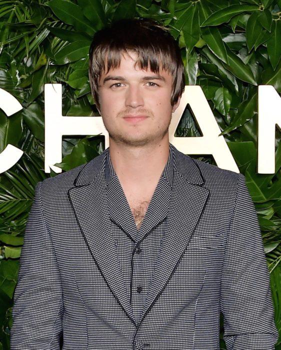Joe Keery en la gala de Chanel con el cabello cortado