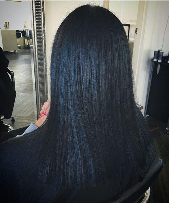 cabello lacio planchado con reflejos azulados