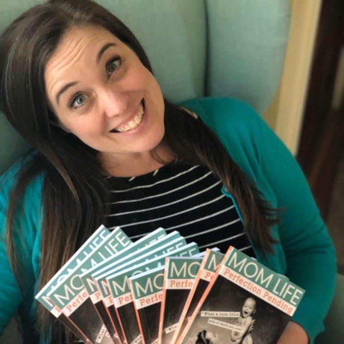 Meredith Ethington con su libro 'Mom life: Pefection Pending'