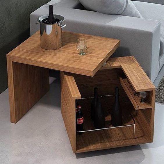 Mesa desplegable con un interior de caja para guardar vinos