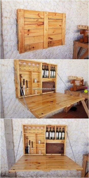 Porta vinos de madera incrustado en la pared