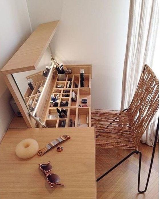 Cosmetiquera despegable en una mesa de madera para ahorrar espacio