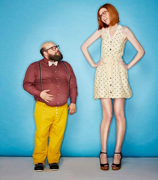 Mujer alta y hombre chaparrito