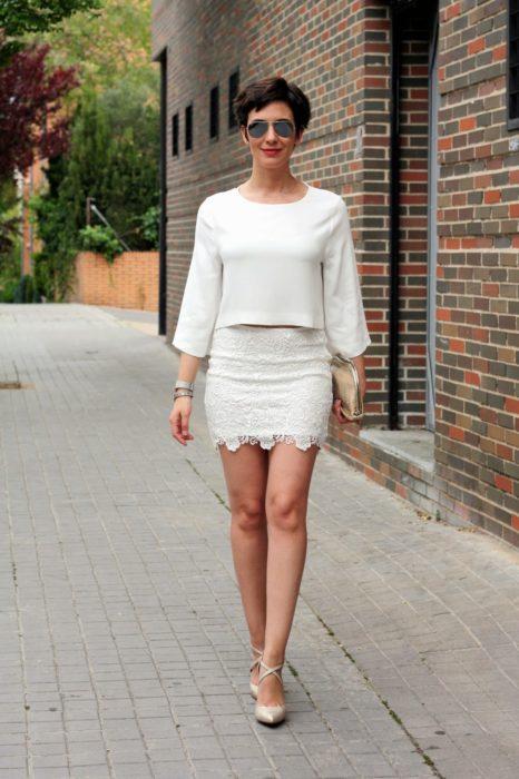 Mujer con falda blanca y blusa