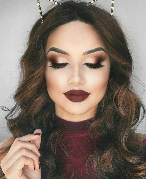 Mujer con maquillaje en color vino