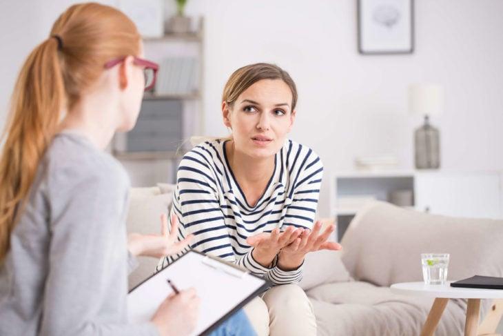 Mujer en el consultorio de una psicóloga