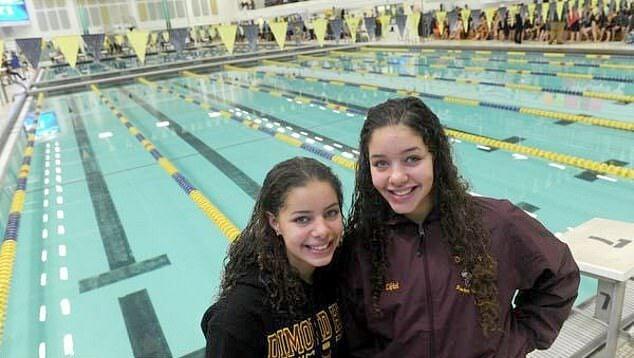 Breckynn Willis y su hermana con fondo de una alberca de competencia