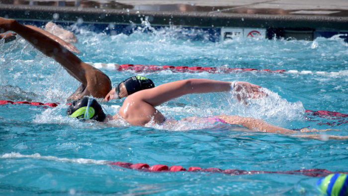 Dos nadadoras en una alberca olímpica