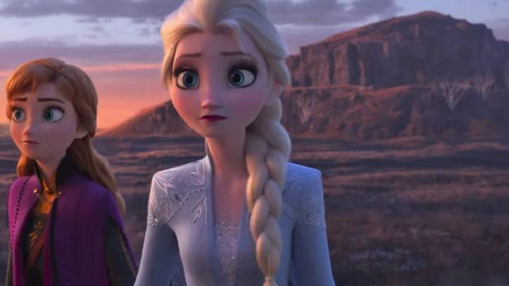 Anna y Elsa de Frozen 2 en un paraje con montañas de fondo