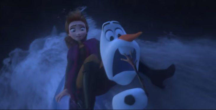 Anna y Olaff de Frozen 2 asustados en una corriente de agua