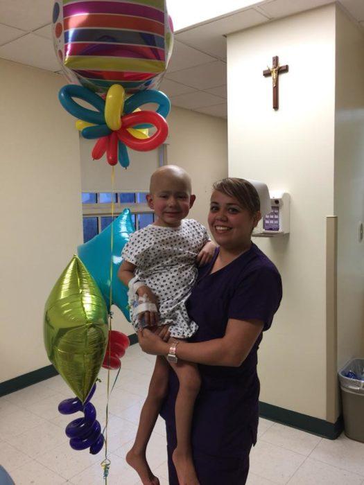 Gian Carlos en el hospital con globos, en los brazos de una enfermera