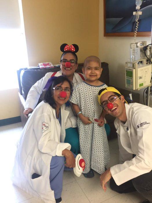 Gian Carlos en el hospital con tres doctores con nariz de payasos