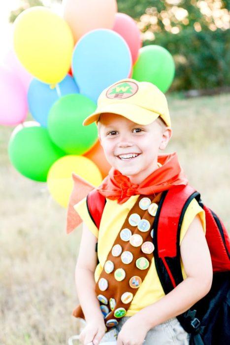 Niño con disfraz alusivo a la película de Up de Disney